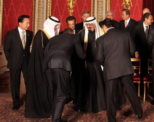 Obama Bowing to Saudi King.jpg
